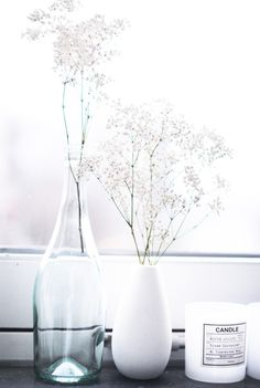 Décoration pure, fleurs blanches / White flowers in the bottle decor interior deco - Home Decorating Magazines Decoration Inspiration, Interior Inspiration, Scandinavian Interior, Scandinavian Style, Room Photo, Vase Transparent, Interior Styling, Interior Design, Home Decoracion
