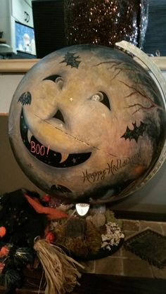 old, outdated globe redone for Halloween Hallowen Costume, Halloween Projects, Halloween House, Spooky Halloween, Holidays Halloween, Halloween Pumpkins, Happy Halloween, Primitive Halloween Decor, Vintage Halloween Decorations