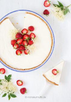 monsieur muffin: Buttermilchtarte mit Zitrone, Holunderbütensirup und Erdbeeren Rezept | Bottermilk tarte with elderberry, citron and strawberries | © monsieurmuffin