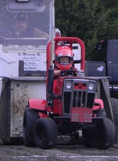Aww Startin Out Young! Garden Tractor Pulling, Full Pull, Truck And Tractor Pull, Lawn Tractors, Truck Pulls, Mini Trucks, Pedal Cars, Ih, Go Kart