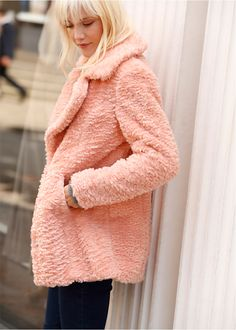 Fellimitat Mantel rosa - RAINBOW jetzt im Online Shop von bonprix.de ab ? 49,99 bestellen. Für eine Extraportion Style sorgt dieser Fellimitat Mantel. Das ...