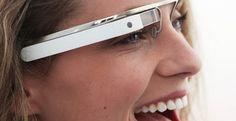 Gafas Google El dispositivo, equipado con micrófono y altavoz, funciona con sistema operativo Androide, tiene conexión a internet y se maneja a través de movimientos de cabeza. (https://plus.google.com/+projectglass/posts)