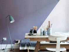 0-peindre-une-pièce-en-deux-couleurs-chambre-adulte-mur-violettes-beiges-sol-en-parquet-clair