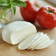 How To Make Homemade Fresh Mozzarella — Cooking Lessons from the Kitchn uses a gallon of milk Cheese Recipes, Cooking Recipes, Milk Recipes, Cooking Tips, Feta, Fromage Vegan, Do It Yourself Food, Homemade Cheese, Homemade Mozzerella