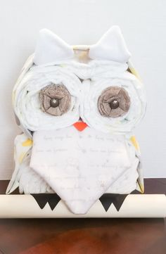 This whimsical Owl Diaper Cake is guaranteed to make any new mom smile. The adorable design is perfect just as a gift or as a centerpiece for a baby celebration. **Due to availability of some items (fabric/washcloths), every owl may not look exactly as the pictures above.  The Owl is handmade and can be made Gender Neutral, or specifically for a Baby Girl or Boy. If you want a specific color theme for the gift, please message me before hand so we can go over the details. Gift basket con...