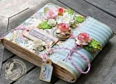This is the cutest shabby chic mini ablution with beautiful flowers. Afternoon Tea Paper Bag Mini Album Tutorial with Susan #estilo