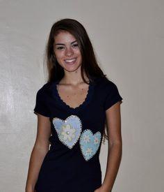 Camiseta azul marinho,meia malha canelada, mangas curtas, decote em V com renda, tamanho Médio, com pacthcolagem de 2 corações de tecido 100% de algodão, bordados com miçangas e lantejoulas.  Aceitamos encomendas em ouitros tamanhos e cores! R$55,00