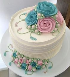 You want to bake a cake for a special event, you know that you're inventive, but you will need an original concept to use. Every party comprises a cake to be shared amongst your guests and family . It's convention to have a cake baked Pretty Cakes, Cute Cakes, Beautiful Cakes, Amazing Cakes, Cake Decorating Techniques, Cake Decorating Tips, Gateau Iga, Floral Cake, Occasion Cakes