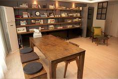 티비가 없는 거실인테리어는 도전이 필요한 법이죠. Living Room Plants, Living Room Chairs, Living Spaces, Room Interior, Modern Interior, Home Interior Design, Small Apartment Organization, Minimalist Living, Apartment Design