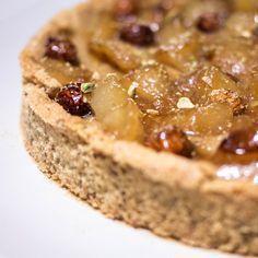 Tarte aux poires & praliné - pâte sablée noisette - 25cL de lait - 1 œuf - 20g de poudre à crème - 50g de sucre - 1/2 gousse de vanille - 150g de praliné - 3 poires - 1 noix de beurre - 50g de sucre Thermomix Desserts, No Cook Desserts, Delicious Deserts, Yummy Food, Dessert Aux Fruits, No Sugar Foods, Tart Recipes, How To Make Cake, Food And Drink