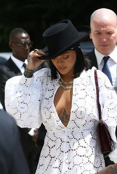 Rihanna : Bombe en blanc à la Fondation Louis Vuitton !
