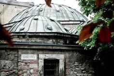 Kiraly Hamamı (Király Fürdő):  Kiraly Hamamı on altıncı yüzyılın ikinci yarısında Osmanlılar tarafından inşa edildi. Bugün Türk tipi kubbesi ve sekizgen şekliyle hala bir Türk hamamının yapı ve özelliklerini koruyor. Fö Caddesi ile Ganz Caddesi'nin kesiştikleri köşede. Kiraly Hamamı'nın termal suyu yüksek miktarda sodyum, kalsiyum, magnezyum bikarbonat, sülfat-klorid ve florid içeriyor. Dört ayrı şifalı su havuzundaki suların sıcaklıklar 26 ila 40 derece arasında değişiyor.