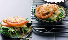Mozzarella, manjericão e orégãos é uma combinação perfeita. A tarte de cebola tanto pode ser feita em tamanho grande, o que é mais rápido, como em formato mini-tarte, ideal para servir num jantar volante.