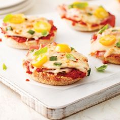 Mini pizzas on english muffins - Camping Ideas Pizza Buns, Pizza Sandwich, Pizza Muffins, Kids Lunch For School, Easy Cooking, Mini Pizzas, Entrees, Good Food, Brunch