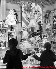 photos christmas Dolls in a Christmas Window - - Vintage Photo Print Old Time Christmas, Old Fashioned Christmas, Christmas Scenes, Christmas Past, Christmas Shopping, Christmas Windows, Vintage Christmas Photos, Retro Christmas, Christmas Images
