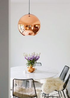 A Sweet Design inspiration: Copper Pendant Lamp, white table, metal chairs Dining Room Inspiration, Home Decor Inspiration, Design Inspiration, Decor Ideas, Scandi Living, Home And Living, Living Room, Small Living, Sweet Home