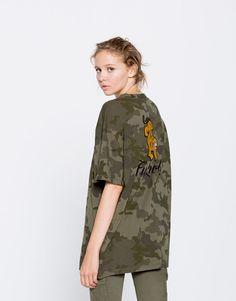28c10142dfc28 Camiseta camuflaje bordado tigre - Camisetas - Ropa - Mujer - PULL BEAR  España Camiseta Camuflaje