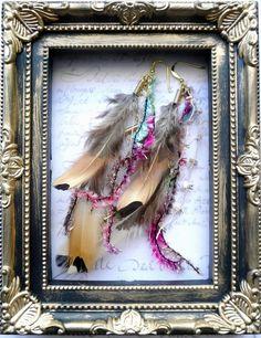 天然の羽を使ったピアスです。色がナチュラルなので、カラフルな毛糸でおめかししました。左右の区別はありませんが、毛糸の見え方が違いますのでその日のファッションや...|ハンドメイド、手作り、手仕事品の通販・販売・購入ならCreema。
