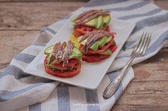 Ensalada de aguacates, tomate y anchoa