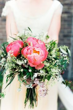 Grote bloemen voor in je bruidsboeket #bruiloft #trouwen #trouwdag #huwelijk #real #wedding #industrieel #bruidsboeket #roze #modern Chique trouwen in een industrieel gebouw | ThePerfectWedding.nl | Fotografie: Anouschka Rokebrand