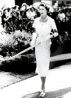 Queen-Elizabeth-Hardy-Amies-white-lace-frock-New-Zealand-in-1953.