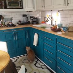 At first glance, you'd never know the couple's kitchen was smack in the middle of an RV: Subway tiles, butcher-block countertops, and sink fixtures turn the small space into a fully operating kitchen. Lacy Young RV Makeover - RV Decorating Ideas Up House, Tiny House Living, Rv Living, Small Living, Airstream, Retro Rv, Rv Homes, Tiny Homes, Rv Redo