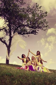 Orientálne tanečnice SHAMS z Piešťan l Belly dance group SHAMS (Piešťany, Slovakia) www.shams.sk Group Poses, Photoshoot Inspiration, Dancers, Photography Ideas, Photo Shoot, Heart, Pictures, Photoshoot, Photos