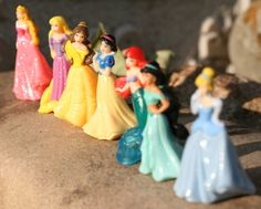 Disney Prinzessinnen aus dem Ü-Ei. Arielle die kleine Meerjungfrau, Jasmin aus Aladin, Belle aus die Schöne und das Biest, Schneewittchen, Aurora aus Dornröschen, Rapunzel und Cinderella aus dem Märchen vom Aschenputtel.  Sleeping Beauty, Snow White, Beauty and the Beast, Ariel the little Mermaid and so on :) so-weiss-wie-schnee