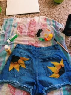 33 ideas to turn old jeans into stylish shorts - diy kleidung - Outfits Painted Shorts, Painted Jeans, Painted Clothes, Diy Clothes Paint, Sewing Clothes, Diy Clothes Jeans, Diy Clothes Refashion, Clothes Crafts, Diy Shorts