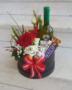 Candy Bouquet Diy, Gift Bouquet, Flower Box Gift, Flower Boxes, Valentines Day Baskets, Valentine Gifts, Wine Gift Baskets, Beautiful Flower Arrangements, Diy Crafts For Gifts