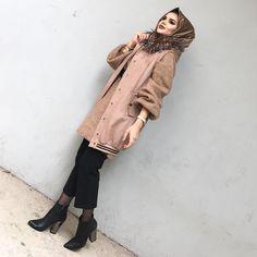 Street Hijab Fashion, Arab Fashion, Fashion Photo, Girl Fashion, Fashion Outfits, Womens Fashion, Estilo Abaya, Kurti With Jeans, Modern Hijab