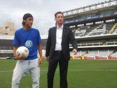 Neymar ao lado do presidente da volkswagen Thomas Schmall na vila com uma bola produzida pela Saturno Brindes.