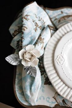 When setting a table, less is more. Blue, brwon and white tablescape. Photo Table, Romantic Table Setting, Table Top Design, Christmas Decorations, Table Decorations, Centerpieces, China Patterns, Napkin Folding, White Decor