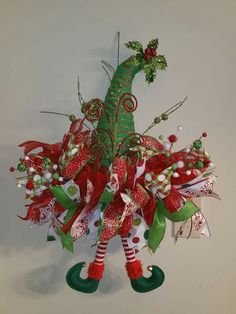 Creative ways inspirational strikingly unique christmas wreath decorations ideas 17 Mesh Ribbon Wreaths, Christmas Mesh Wreaths, Deco Wreaths, Christmas Hat, Easter Wreaths, Christmas Projects, Holiday Crafts, Christmas Pillow, Santa Wreath