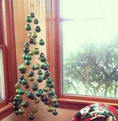 Árbol de navidad con bolas suspendidas.