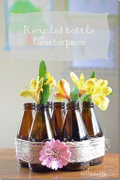 No se necesita casi nada para hacer un centro de mesa original. Te proponemos tres maneras de hacer un centro de mesa hecho con botellas de cerveza.