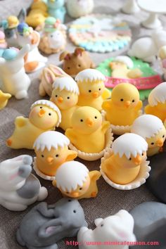 Ser så söta ut i dubbel bemärkelse. gum paste chicks- visual, no tutorial Sugar Paste Easter Chicks and Bunnies Easter theme Fondant Cupcake Toppers by mimicafe Union www. Pinned onto Easter cupcakesBoard in Easter cupcakes Category Easter Bunny Cupcakes, Easter Cookies, Easter Treats, Valentine Cupcakes, Pink Cupcakes, Fondant Cupcake Toppers, Cupcake Cakes, Fondant Bow, Car Cakes