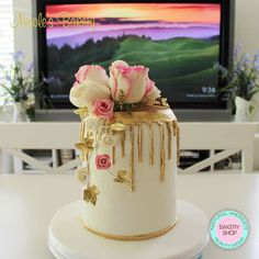 Beautiful and elegant gold drip cake decorated with fresh flowers, handmade flowers and special gold accents all hand made. Delicious double barrel vanilla sponge cake filled with Nutella, lovely!!