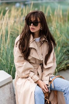 Wrapped trench coat over white tee and blue jeans Trench Coat Outfit, Leather Trench Coat, Paris Mode, Professional Outfits, Spring Trends, Edgy Outfits, Mode Inspiration, Fashion Inspiration, Ladies Dress Design