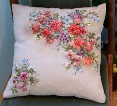 broderie au ruban, coussin à fleurs brodées miraculeuses