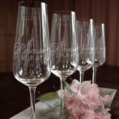 Kaasoille kaiverretuista kuohuviinilaseista syntyy kaunis kiitoslahja.   #kaaso #häät #lasikaiverrus #villeroyandboch #champagneglass #glassengraving #maidofhonor