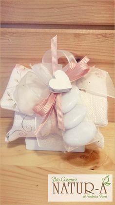 Bustina provenzale portasaponetta con decorazione fiori 💐 nastro organza trasparente e rosa 🌹 gros grain con cuore in legno ❤ e confetti 💞