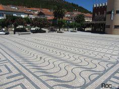 Bragança Vila Flor calçada praça design geométrico pavimento ondulado handmade pedra branca preta Portugal Design Pavimentar