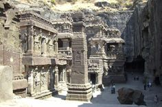 In the small village of Ellora (India) is a unique complex of caves and temples. Temple Kailasa temple is a rock (carved directly into the mountain depth of 33 m.