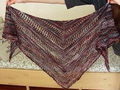 Pragtfuldt sjal, som ser meget sværere ud, end det er. Det kan strikkes i mange typer garn, og størrelsen kan nemt justeres. Flot i farveskiftegarn. Læs mere ...