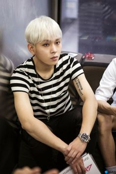 Yong Jun Hyung is also listening well to the script explanation. He is doing his best in preparing for the STARCAST ON AIR.