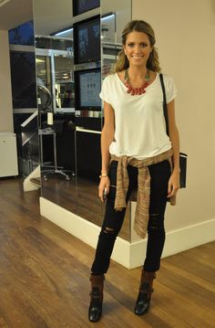 White t-shirts with nice accessories and skinny jeans and boots give a nice casual chic look