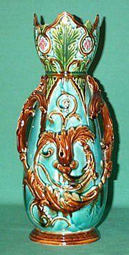 Vase en barbotine d'Onnaing. Onnaing est une commune française, située dans le département du Nord en région Nord-Pas-de-Calais.( France )
