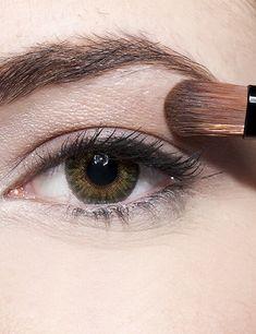 Trucos de maquillaje para agrandar tu mirada. - Ésika Perú Chile, Makeup Tricks, Fall Hair Colors, Applying Eyeliner, Skin Cream, Dark Brunette, Chili