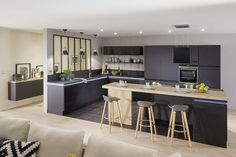La marque Lapeyre fait souvent penser à des meubles en bois à l'esthétique traditionnelle. Mais cette grande enseigne de l'ameublement a su se diversifier en proposant différentes gammes pour correspondre au plus grand nombre. Au rayon des cuisines, ce ne sont pas moins de 150 finitions qui sont proposées.